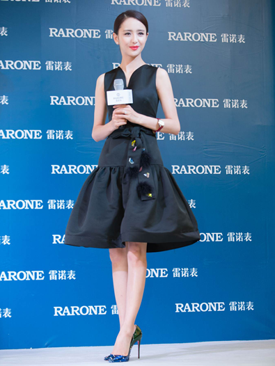 佟丽娅身着水晶黑色裙装,现身雷诺宁波新品发布现场